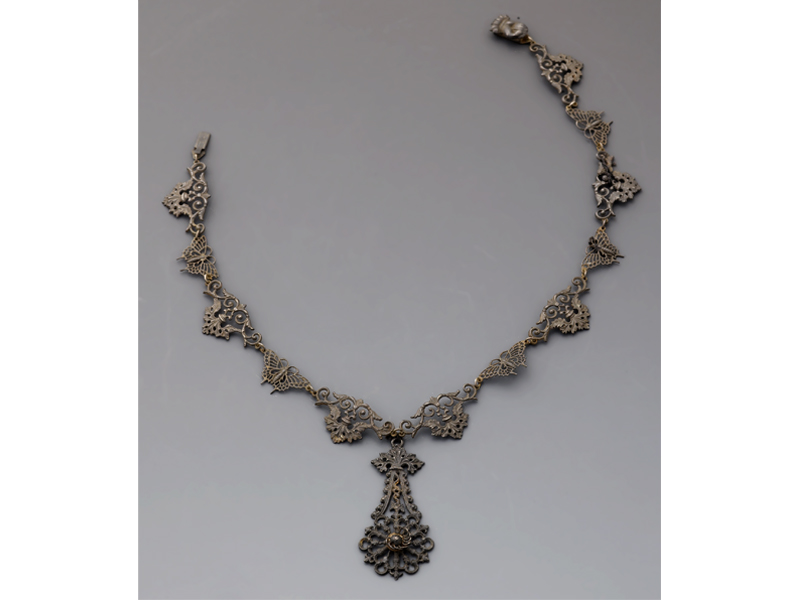 Berlin Ironwork necklace, early 19th century, iron, chain: 80 cm long, pendant: 90 x 50 mm, gift of Mary Greg (1922–1990), photo: courtesy of Manchester Art Gallery 2015