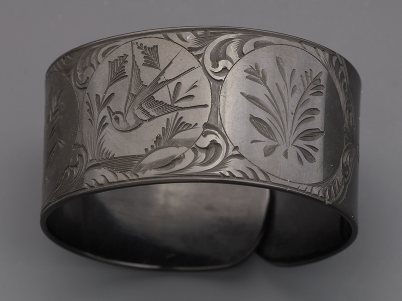 Bracelet with bird motif, 1810–1830, material and dimensions not recorded, gift of M. Allan (1951), photo: courtesy of Manchester Art Gallery 2015