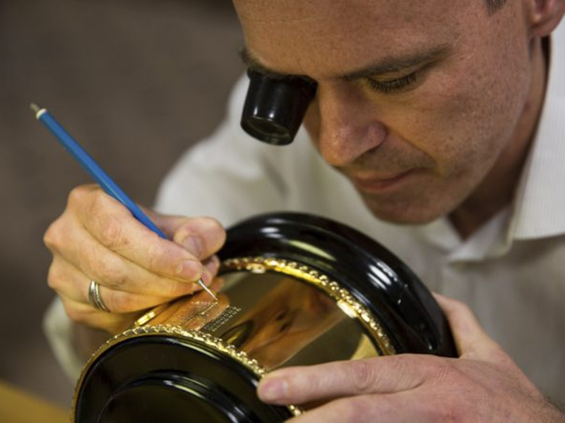 """Emmet Smith of Rebus engraving """"Andy Murray"""" on the trophy"""