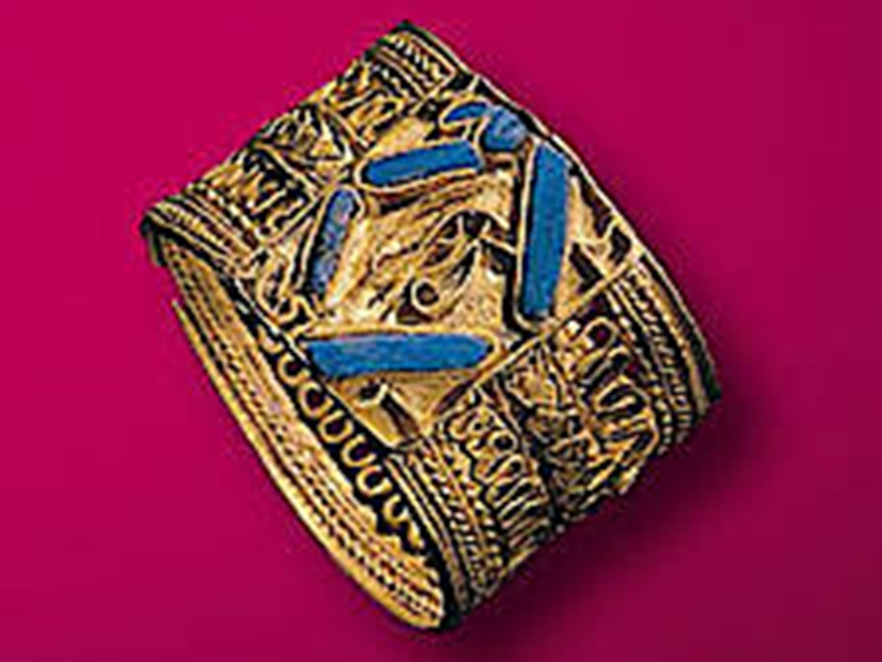 Gold ring with cloisonné inlays
